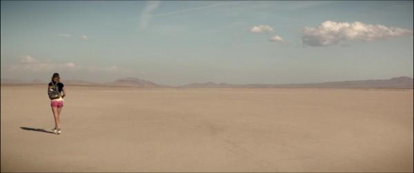 Arlen aus THE BAD BATCH in der Wüste
