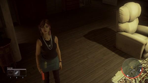 Eine Betreuerin steht mit einer gefundenen Leuchtpistole in einer Hütte