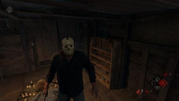 Jason steht in seiner Hütte, im Hintergrund ist der Kopf von Pamela Voorhees zu sehen.