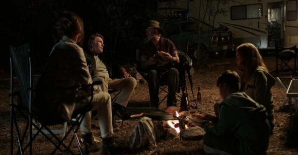 Mick Taylor mit seinen baldigen Opfern am Feuer