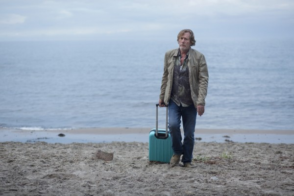 Einer der Charaktere aus SPRINGFLUT am Strand