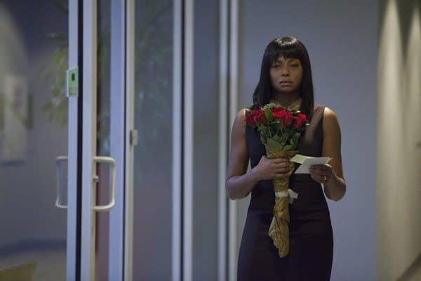 Acrimony - Melinda nimmt irritiert Rosen entgegen