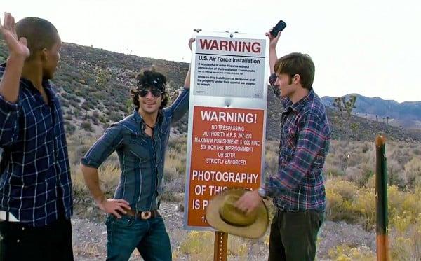 Area 51 - Posen vor einem Schild